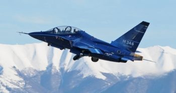 A Raytheon is indulna a T-X tenderen