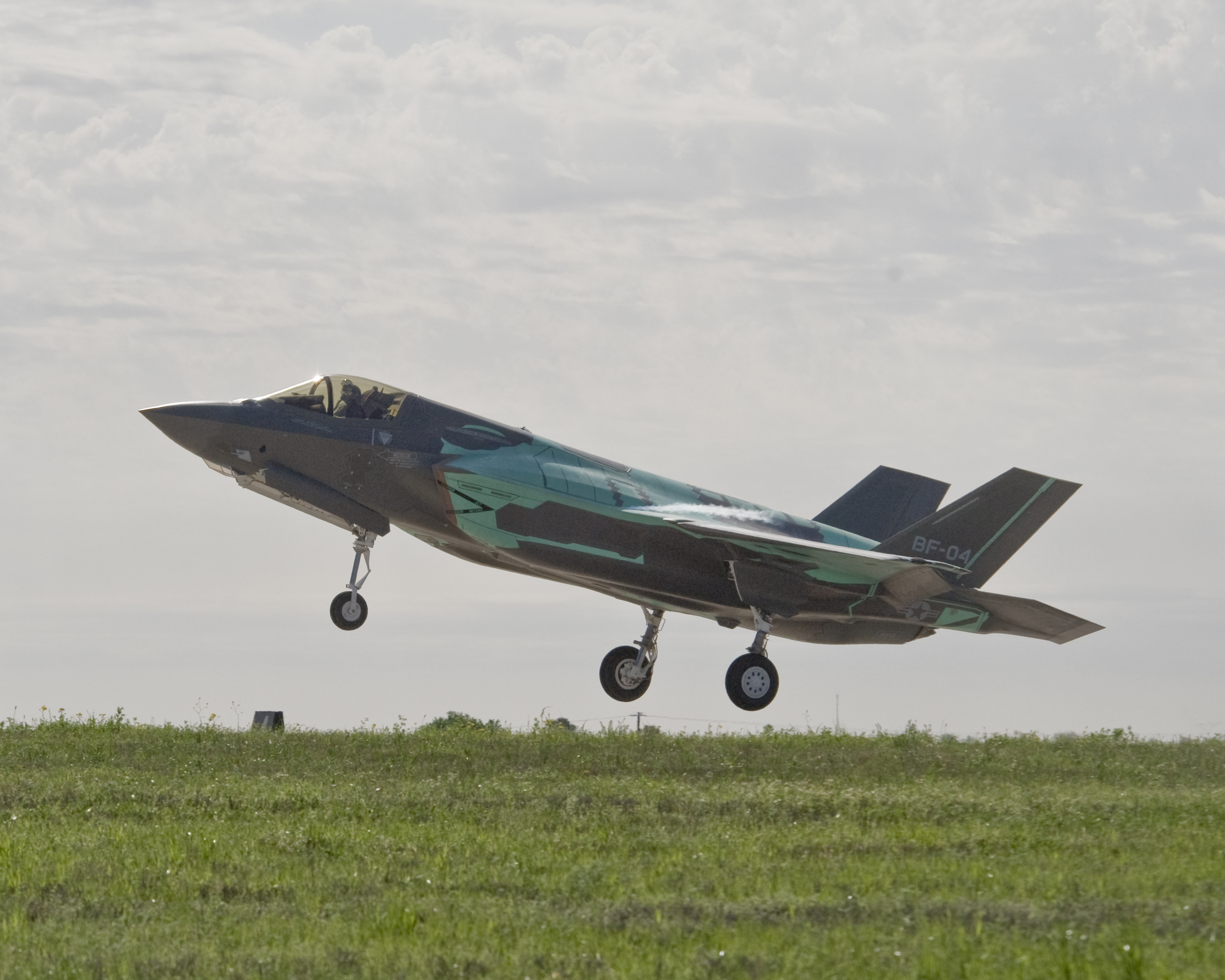 Thunderbirds and F35 Fighters arrive for air show